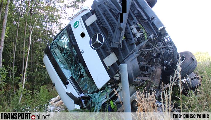 Vrachtwagenchauffeur rijdt op auto met pech en raakt zwaargewond [+foto's]
