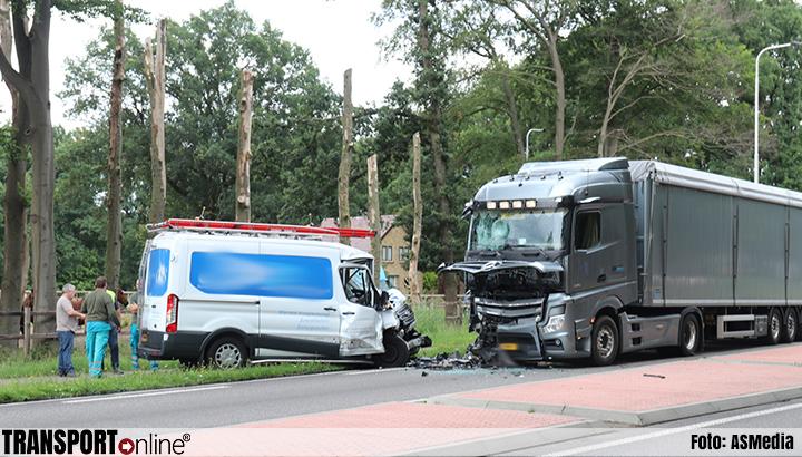 Bestelbus botst frontaal op vrachtwagen op N302 [+foto's]