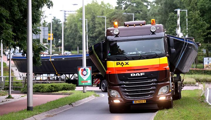 Pax en Kielstra plaatsen twee grote pontons in Leeuwarden [+foto's]