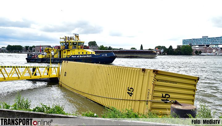 Binnenvaartschip vaart tegen Willemsbrug en verliest aantal containers [+video's]