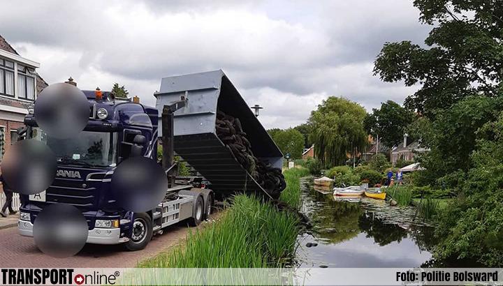 Autobanden te water nadat container van vrachtwagen kantelt [+foto's]