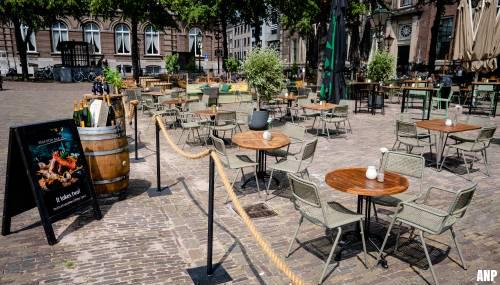 Op zomerse dagen mogen Haagse terrassen langer openblijven