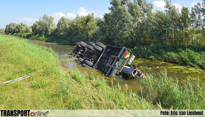 Vrachtwagen in de sloot langs A4 na klapband [+foto]