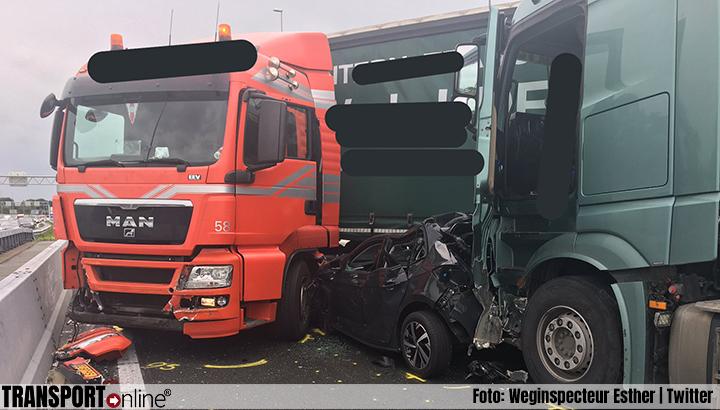 Aanrijding met meerdere vrachtwagens en auto op A10 [+foto's]
