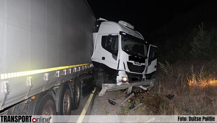Bijrijder gewond bij eenzijdig vrachtwagenongeval op Duitse A6 [+foto]