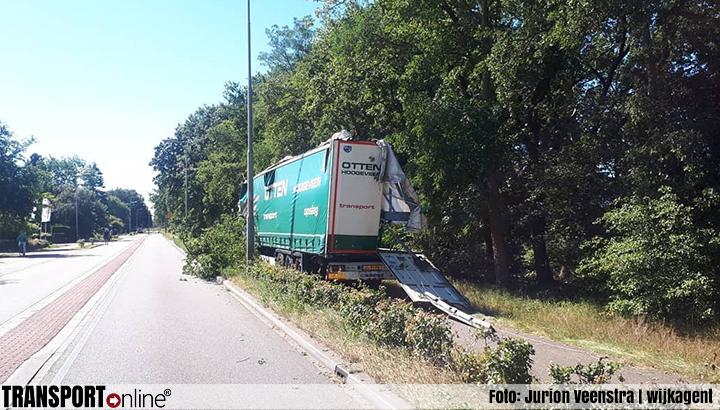 Vrachtwagenchauffeur raakt van de weg en raakt de helft van zijn oplegger kwijt [+foto's]