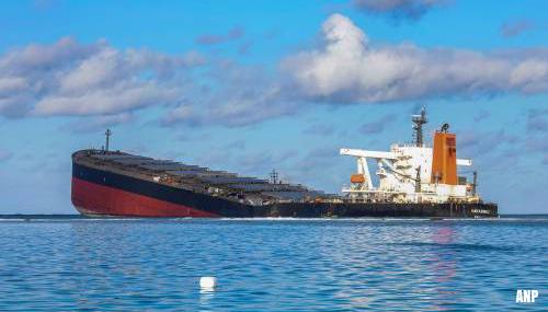 Vastgelopen schip op rif bij Mauritius in tweeën gebroken