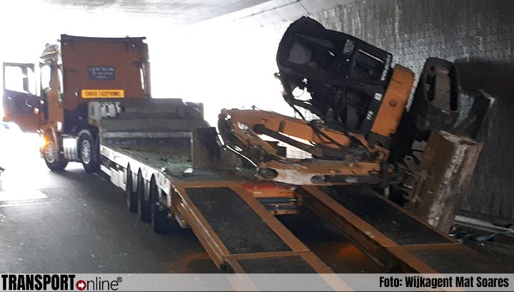 Vrachtwagen verliest graafmachine, Westblaak Tunnel afgesloten [+foto]