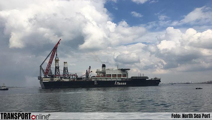 Grootste werkschip ter wereld, 'Pioneering Spirit', in North Sea Port