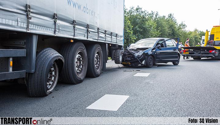 Auto botst achterop vrachtwagen met pech en automobilist vlucht weg [+foto]