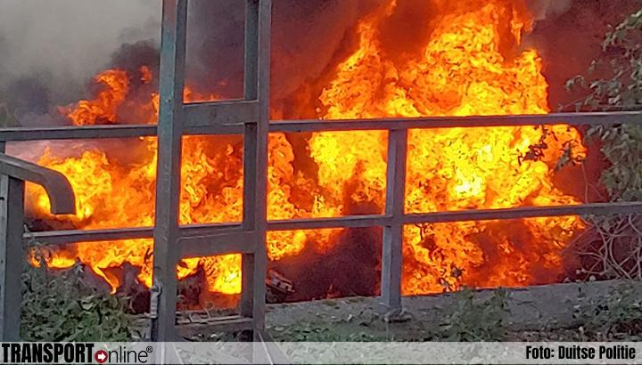 Tankwagen in brand gevlogen op Duitse A40: twee gewonden [+foto's]