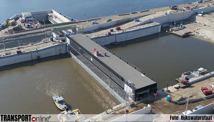 Eerste sluisdeur nieuwe zeesluis IJmuiden ligt op zijn plaats