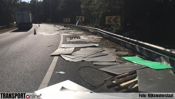 Vrachtwagen verliest stalen platen op A58 [+foto]