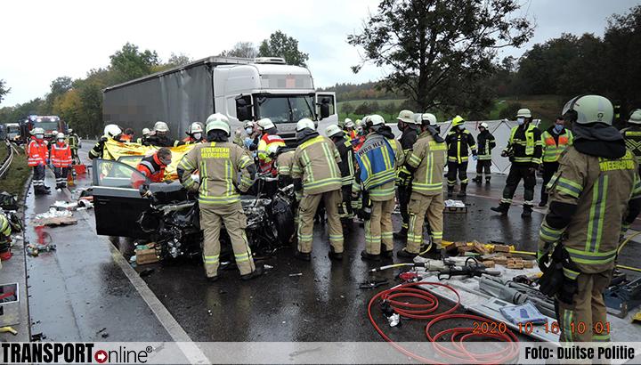 Drie doden bij aanrijding vrachtwagen en auto op de Duitse B31 [+foto's]