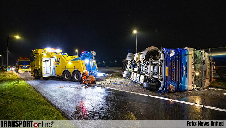 Vrachtwagen met mest gekanteld op A50 [+foto]