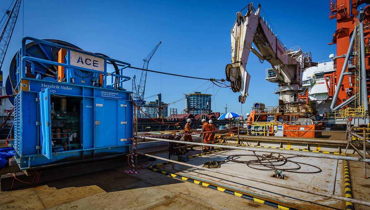 Hendrik Veder Group vervangt 3.000 meter lange hijskabel op kraan van gigantisch pijplegschip