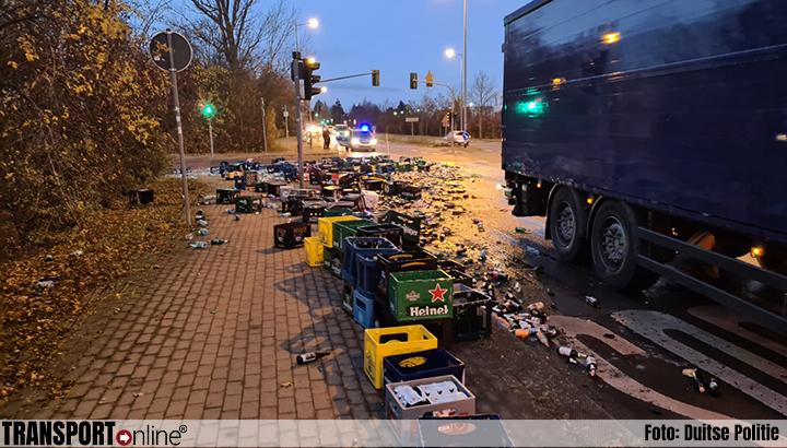 Zijwand vrachtwagen klapt open; acht pallets met drank op straat [+foto's]