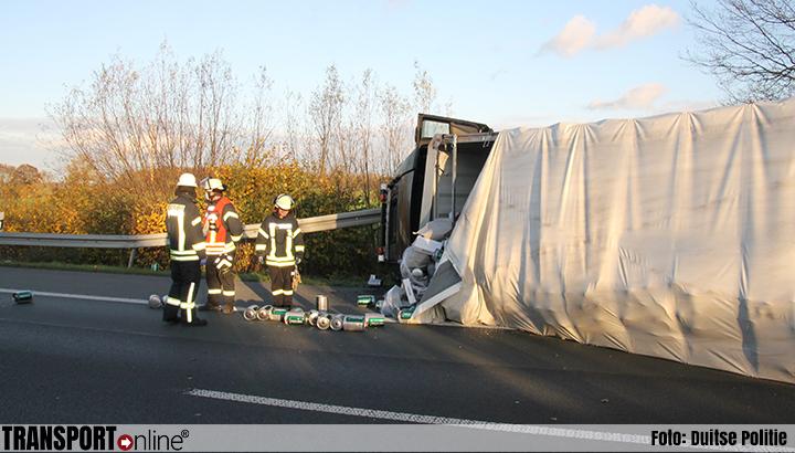 Vrachtwagen met bier kantelt en blokkeert Duitse A1 [+foto's]