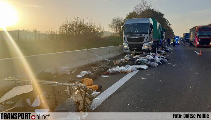 Vrachtwagen verliest lading na aanrijding met vrachtwagen op vluchtstrook [+foto's]