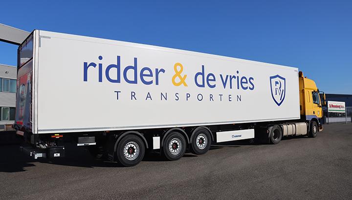 Ridder & De Vries Transporten kiest wederom voor gestuurde Wezenberg polyester Krone koeloplegger
