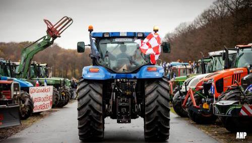 Trekkers rijden over pas ingezaaide gras Malieveld na boerenprotest