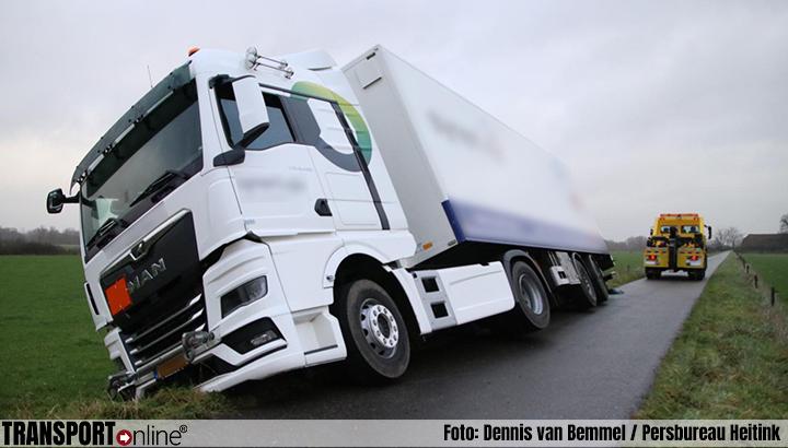 Vrachtwagen op kantelen in Ellecom [+foto]