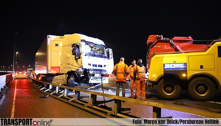 Vrachtwagen rijdt in op auto van Rijkswaterstraat op A2 [+foto's]