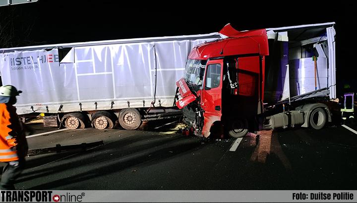 Vrachtwagen botst op vrachtwagen op vluchtstrook op Duitse A7 [+foto]