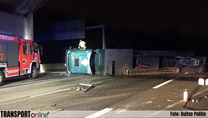 Chauffeur Nederlandse vrachtwagen gewond na kantelen op Duitse A2 [+foto]