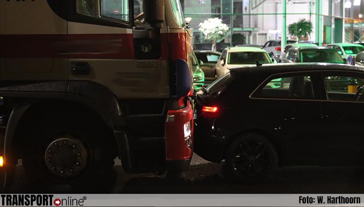 Vrachtwagen botst achterop auto omdat deze nog snel even wil inhalen [+foto's]