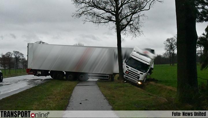Vrachtwagen van de weg in Haaksbergen [+foto]