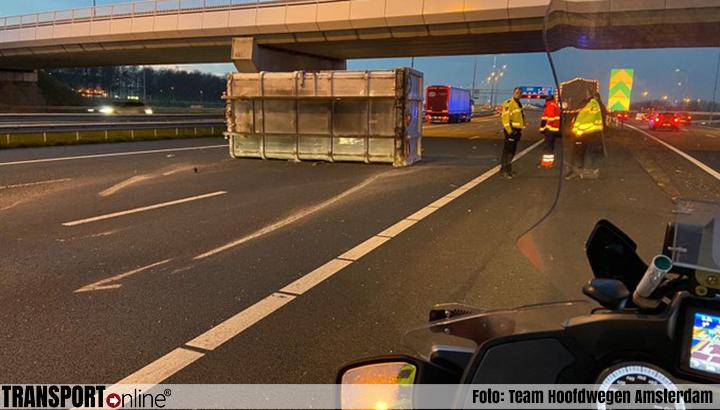 Vrachtwagen verliest container op A9 bij knooppunt Badhoevedorp