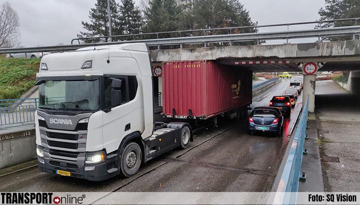Vrachtwagen vast onder viaduct A59 [+foto]
