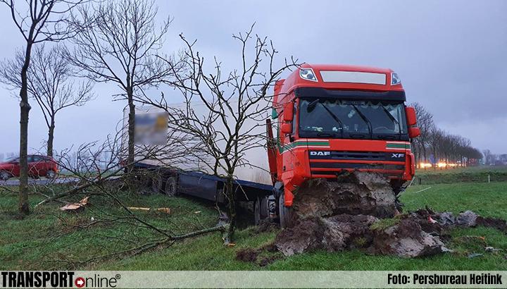 Vrachtwagenchauffeur onder invloed rijdt weiland in [+foto]