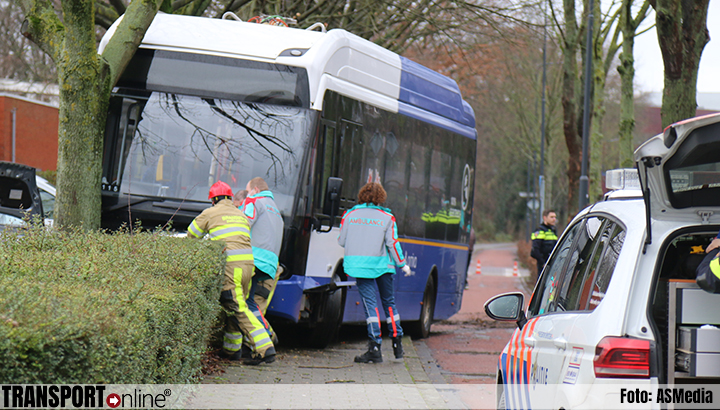 Bus botst tegen boom in Sittard [+foto's]