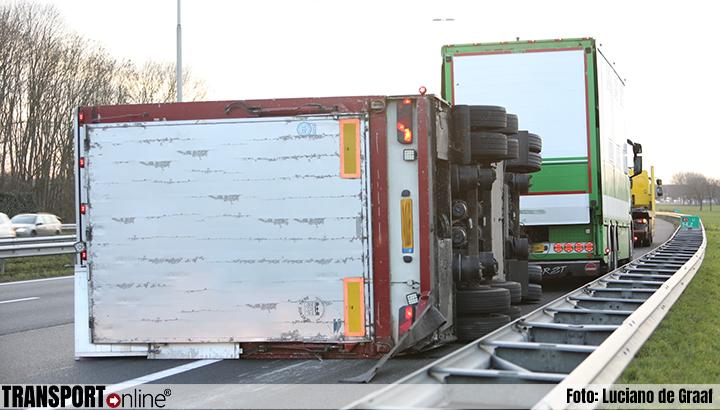 Aanhanger vrachtwagen kantelt op A1 [+foto]