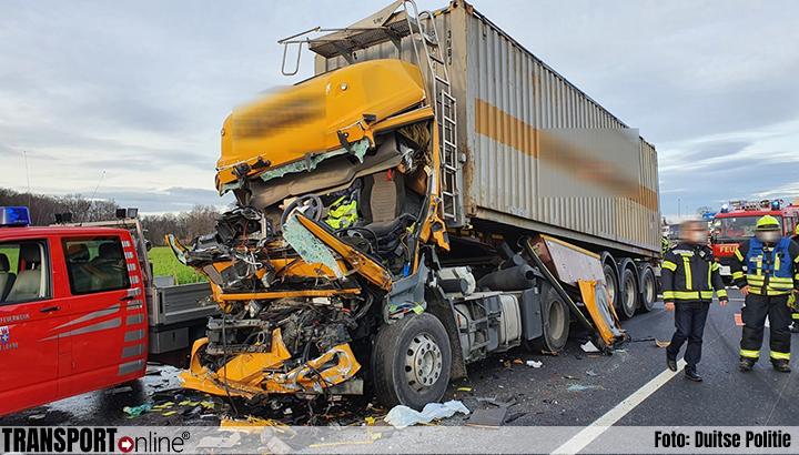 Urenlange afsluiting en vier gewonden door aanrijding vrachtwagens en auto's op Duitse A1 [+foto]