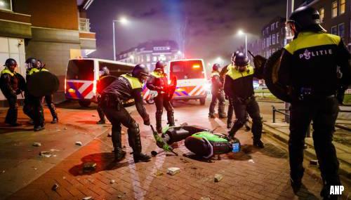 Tien agenten gewond bij rellen in Rotterdam, zestig relschoppers aangehouden