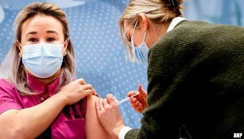 Verpleegster Sanna Elkadiri eerste met tweede coronaprik