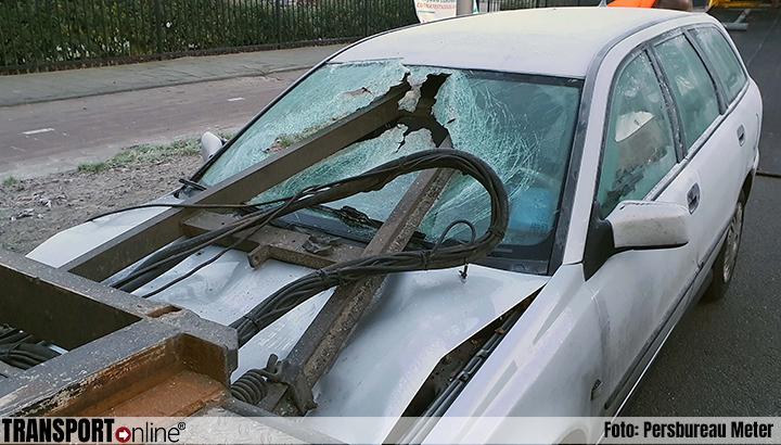 Auto botst op aanhanger vrachtwagen, triangel dwars door voorruit [+foto]