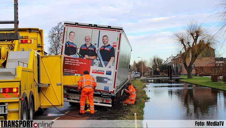 Vrachtwagen al urenlang vast in zachte berm [+foto]