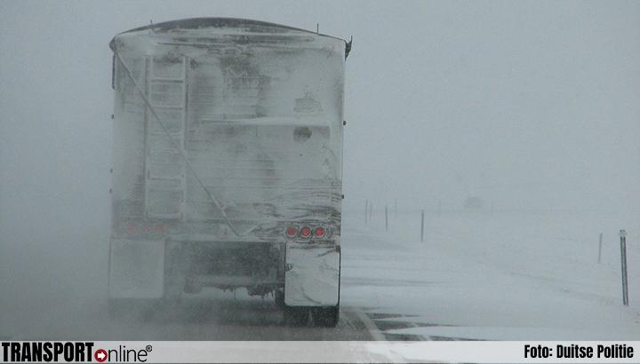 Duitse politie waarschuwt opnieuw voor ijsplaten op daken van vrachtwagens: levensgevaarlijk!