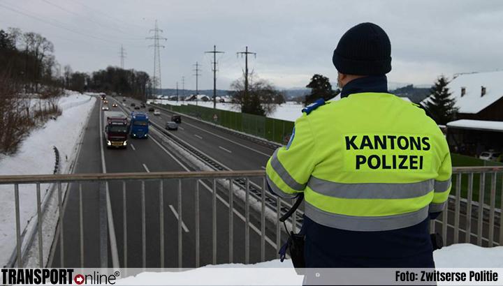 Zwitserse politie controleert op sneeuw op vrachtwagendaken [+foto's]