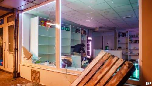 Relschoppers plunderen winkels Rotterdam, vernielen politiebureau