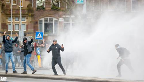 Politie ontruimt Museumplein in Amsterdam met waterkanon