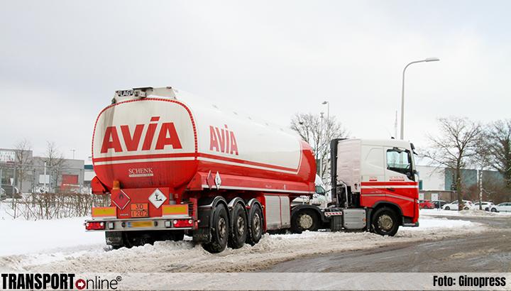 Tankwagen rijdt zich vast in de sneeuw in Enschede [+foto]