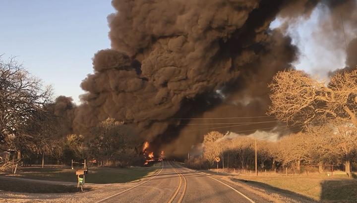 Enorme explosie en brand na aanrijding vrachtwagen en trein in Texas [+foto's&video]