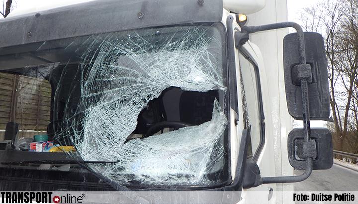 Vrachtwagenchauffeur zwaargewond door afvallend ijs van tegemoetkomende vrachtwagen [+foto]