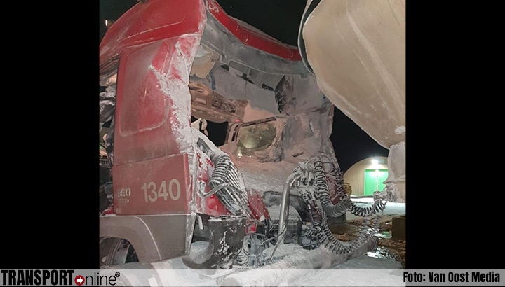Vrachtwagenchauffeur gewond bij explosie bulktrailer [+foto's]