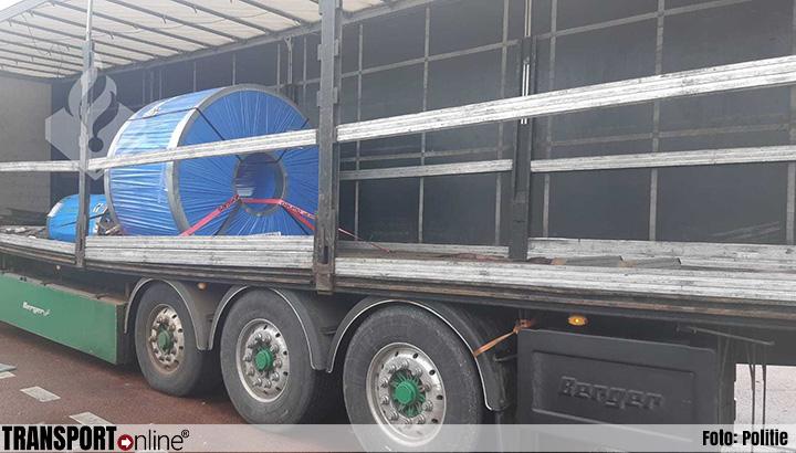 Politie haalt vrachtwagen met doorgebogen oplegger van A2[+foto's]